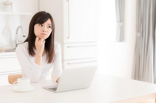 薬剤師の転職サイトになやむ女性