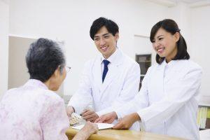 病院で働く薬剤師の姿